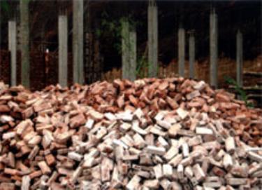 Nhiều công trình xây dựng phải dùng gạch đã qua sử dụng.