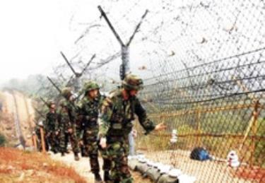 Binh sĩ Hàn Quốc đi tuần dọc biên giới với Triều Tiên.
