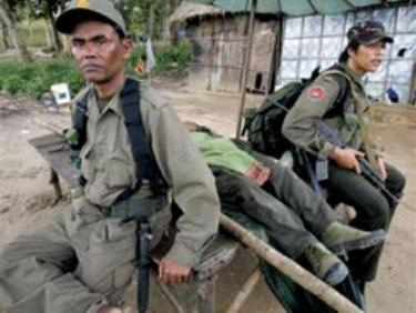 Binh sĩ Campuchia ngồi bên xác đồng đội tử trận.