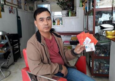 Anh Phạm Văn Quyết khoe hai tấm thẻ hiến tạng và hiến xác với phóng viên.