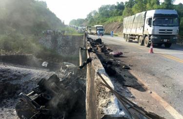 Cầu Ngòi Thủ (Km 136+108) trên tuyến cao tốc Nội Bài - Lào Cai hư hỏng nặng sau sự cố cháy xe bồn chở dầu.