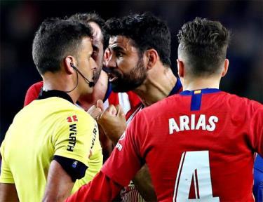 Costa phải trả giá cho thái độ cục cằn.