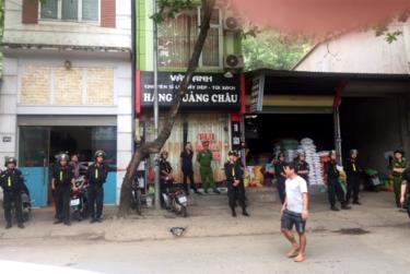 Lực lượng công an thành phố Yên Bái tiến hành khám xét nơi ở của Trần Đình Sang