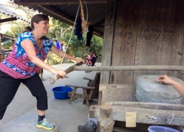 Du khách nước ngoài trải nghiệm cuộc sống sinh hoạt với đồng bào Mông địa phương.