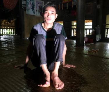 Anh Hùng bị liệt sau tai nạn lao động.