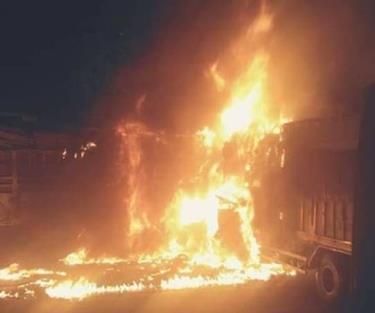 Sau va chạm chiếc xe bốc cháy ngùn ngụt.