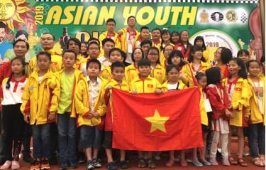 Các kỳ thủ Việt Nam tại lễ bế mạc.