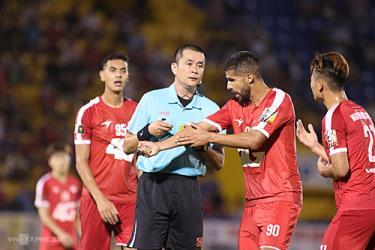 Các cầu thủ Bình Dương phàn nàn với trọng tài sau khi nhận bàn thua trong trận đấu với Viettel ở vòng 4.
