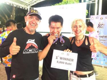 Nhà vô địch Trần Hoàng Kim (giữa) ăn mừng chiến thắng với giám đốc kỹ thuật và trưởng ban trọng tài của giải đấu.