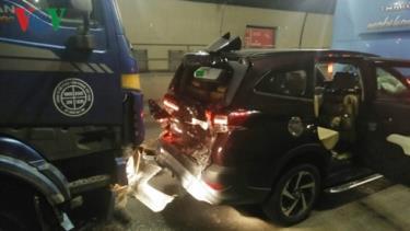Xe ô tô 7 chỗ bị dồn giữa loạt xe.