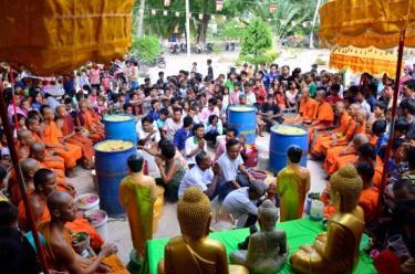 Bà con dân tộc Khmer thường tập trung đến chùa trong dịp Tết cổ truyền.