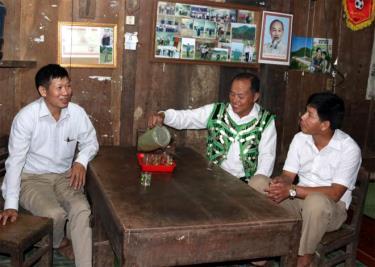 Ông Sùng A Của chia sẻ kinh nghiệm tuyên truyền, vận động nhân dân với lãnh đạo xã Cát Thịnh.
