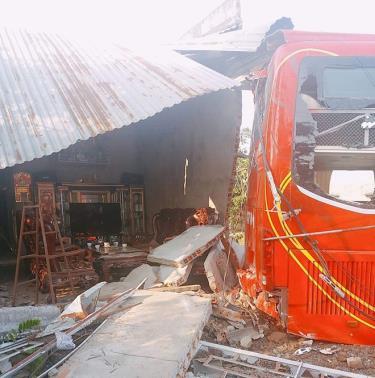 Xe khách tụt dốc tông sập nhà có 5 người đang ngủ.