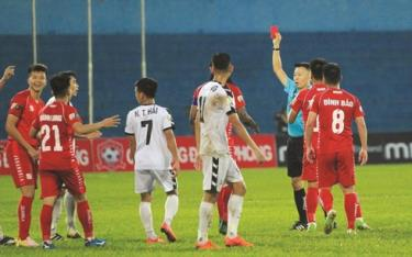 Trọng tài Trần Trung Hiếu phạt thẻ đỏ nhầm với cầu thủ chủ nhà.