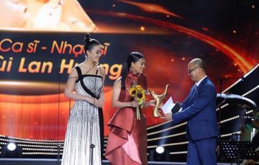 Ca sỹ-nhạc sỹ Bùi Lan Hương được vinh danh ở hạng mục Nghệ sỹ mới của năm.