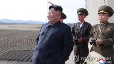 Nhà lãnh đạo Kim Jong-un giám sát cuộc diễn tập bay của đơn vị không quân Triều Tiên ngày 16-4.