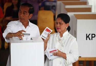 Tổng thống Indonesia Joko Widodo và Đệ nhất phu nhân Iriana Joko Widodo đi bỏ phiếu