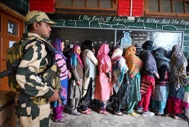 Cử tri Ấn Độ xếp hàng chờ bỏ phiếu tại một địa điểm bầu cử ở Handwara, phía bắc Srinagar ngày 11/4.