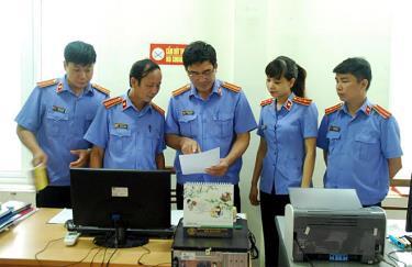 Lãnh đạo VKSND huyện Văn Chấn trao đổi nghiệp vụ chuyên môn với cán bộ, kiểm sát viên trong đơn vị.