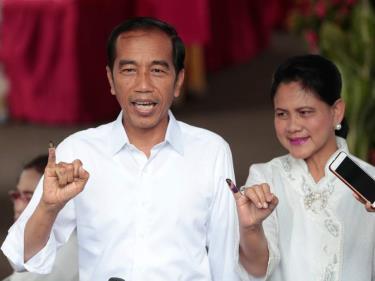 Tổng thống Indonesia Joko Widodo và vợ sau khi đi bỏ phiếu cuộc bầu cử vừa qua.