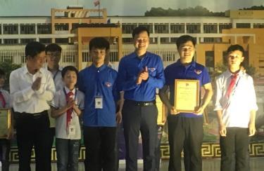 Đồng chí Đỗ Minh Huấn - Phó Bí thư Thường trực Tỉnh đoàn trao giải Nhất cho Đội tuyển tin học trẻ huyện Mù Cang Chải.