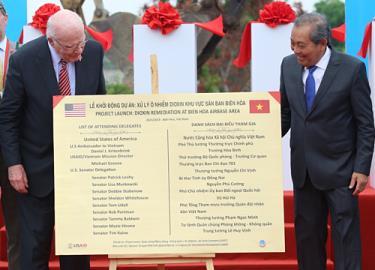 Thượng nghị sĩ Mỹ Patrick Leahy (trái) và Phó chủ tịch nước Trương Hoà Bình khởi động dự án tẩy độc dioxin tại sân bay Biên Hoà ngày 20.4.2019.