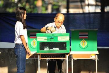 Cử tri Thái Lan bỏ phiếu tại một địa điểm bầu cử ở Bangkok ngày 24/3.