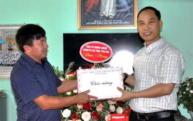 Đồng chí Giàng A Tông – Chủ tịch Ủy ban Mặt trận Tổ quốc tỉnh tặng quà chúc mừng Linh mục, Phó xứ Bảo Ái - Nguyễn Văn Lưu.