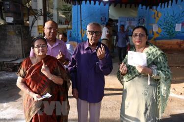 Cử tri Ấn Độ sau khi bỏ phiếu tại một địa điểm bầu cử ở Hyderabad.