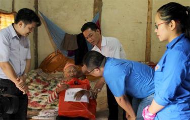 Đoàn viên Trường Chính trị tỉnh thăm hỏi, tặng quà, động viên cụ Lèo Thị Bun, thôn Noong Khoang, xã Nghĩa Sơn, huyện Văn Chấn.