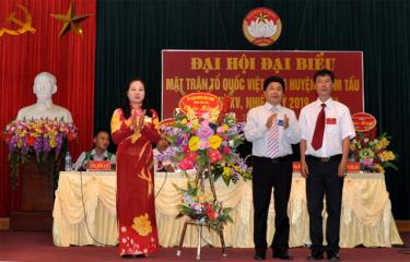 Đồng chí Nguyễn Thanh Xuân (giữa) – Phó Chủ tịch Ủy ban MTTQ tỉnh tặng hoa chúc mừng Đại hội.