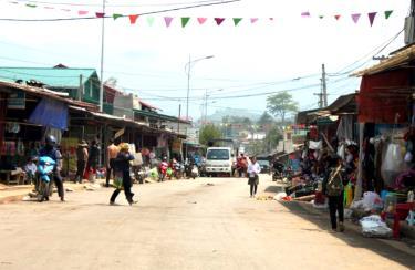 Khu trung tâm chợ xã Nậm Khắt tấp nập người mua, bán.