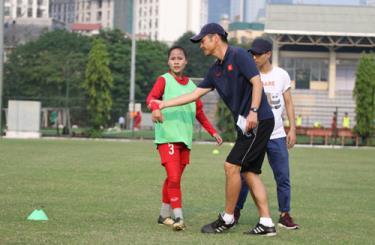 Ông Ijiro Akira chỉ dạy các cầu thủ tại Trung tâm đào tạo bóng đá trẻ VFF.
