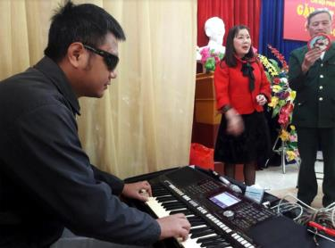 Nhờ có năng khiếu và tinh thần ham học hỏi, anh Cảnh có thể chơi đàn Organ rất chuyên nghiệp.