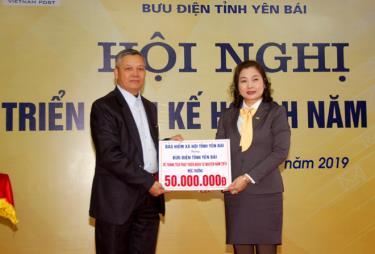 Bảo hiểm xã hội tỉnh thưởng cho Bưu điện tỉnh Yên Bái nhờ đạt được thành tích trong phát triển bảo hiểm xã hội tự nguyện năm 2018. Ảnh MQ
