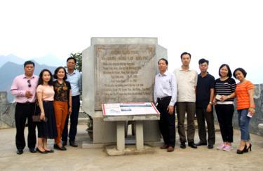 Đoàn công tác Báo Yên Bái trong chuyến đi thực tế tại huyện Đồng Văn, tỉnh Hà Giang.