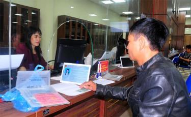Người dân giải quyết TTHC tại Trung tâm Phục vụ hành chính công tỉnh.