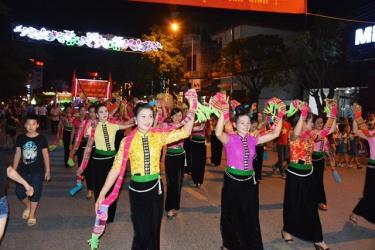 Diễu diễn đường phố tại đêm khai mạc Tuần Văn hóa - Du lịch Mường Lò năm 2018.