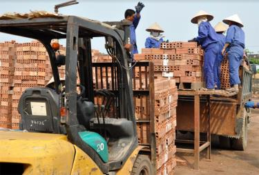 Sản xuất gạch tại Công ty cổ phần Vật liệu xây dựng Yên Bái.