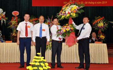 Đồng chí Giàng A Tông - Chủ tịch Ủy ban MTTQ tỉnh tặng hoa chúc mừng Đại hội