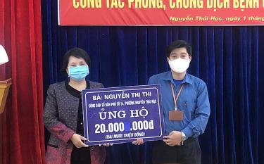 Ms. Nguyen Thi Thi – resident at Nguyen Thai Hoc ward, Yen Bai city, presents 20 million VND in cash to the ward's Fatherland Front Committee to fight COVID-19.