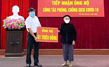 Ha Thi Dan, a 102-year-old woman in residential area No. 2 of Yen Thinh ward, Yen Bai city, donates 1 million VND to the COVID-19 prevention and control.