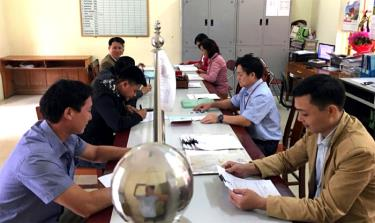 Public servants in Chau Que Ha commune handle administrative procedures for locals (Illustrative image)