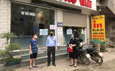 Staff members at the tax office of Yen Bai city assess the impacts of the Covid-19 pandemic on local businesses.
