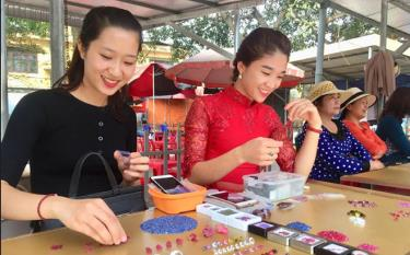 Luc Yen gemstone market attracts not only traders but also tourists.