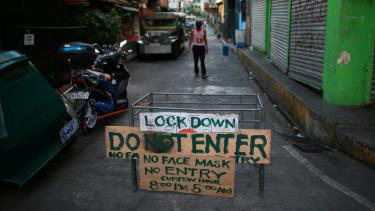 Một rào chắn tạm thời được dựng lên bên ngoài một khu dân cư ở thủ đô Manila