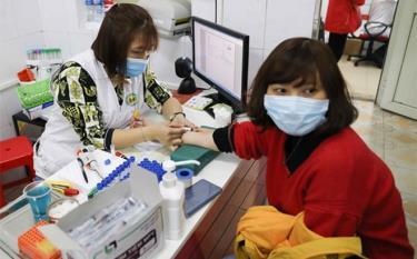 Lấy mẫu máu xét nghiệm cho tình nguyện viên đăng ký hiến máu tại địa chỉ 26 Lương Ngọc Quyến, quận Hoàn Kiếm, Hà Nội.
