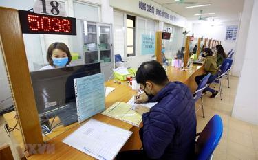 Người lao động đến làm thủ tục bảo hiểm thất nghiệp tại Trung tâm Dịch vụ việc làm Hà Nội.