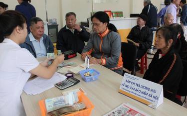 Chi trả lương hưu và trợ cấp bảo hiểm xã hội tại Bưu điện huyện Yên Bình (ảnh minh họa)
