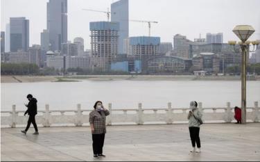 Người dân Trung Quốc duy trì giãn cách xã hội dọc sông Dương Tử.